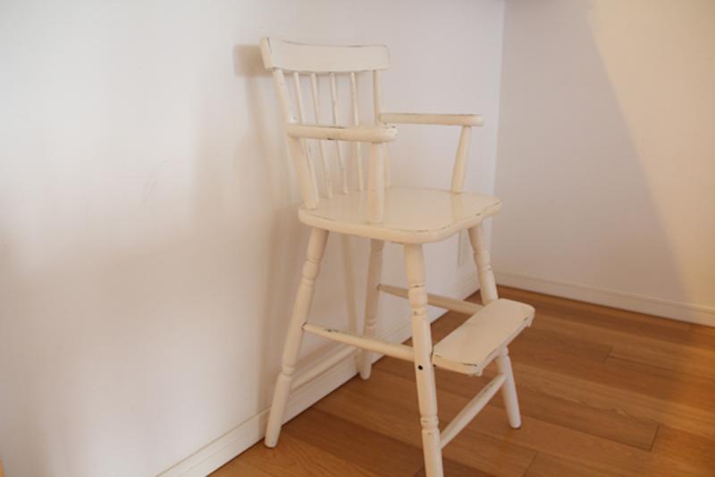 元は茶色い椅子。暮らしに合わせて、手を加えながら大切にしている。
