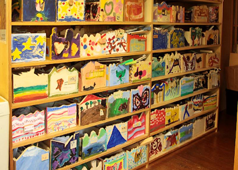 アトリエには子どもたちお手製のオリジナルお道具箱がならぶ