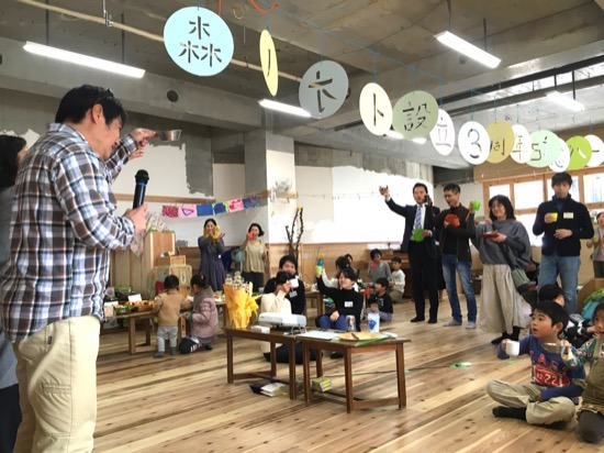 森ノオト理事の関山隆一さんによる乾杯の挨拶! 「森ノオト設立3周年記念パーティー」の切り絵は、梅原昭子さんによるもの