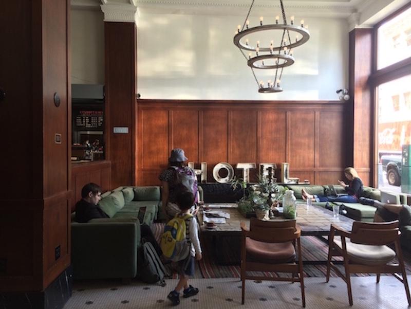 ポートランドの象徴とも言える「ACEホテル」は、ロビーが市民向けに無料で開放されていて、コーヒー片手にインターネットや読書に興じる人が多い