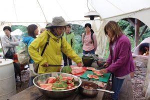 Jeans Farmのパーマカルチャー・ガーデンで採れたての食材を使ってみんなで調理。食べ物もキッチンも建物もトイレもすべて手づくり