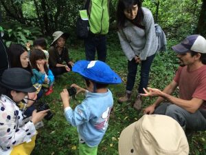 広大なJeans Farmの中をツアーして、水源を探検したり、動物の足跡を探し、大人も童心に戻った
