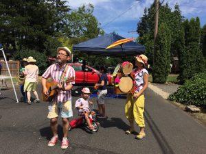 プログラム4日目、交差点ペインティングで「ちんどん屋」をしているのが、主催者の一人、佐藤有美さん