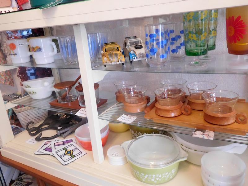ファイアーキングのミルクガラスのカップや、ドイツの木とガラスのアンティークカップのセットなど、少しずつ揃えていきたくなる食器たち。世界中から、青葉台にあるこのお店にやってきた、不思議な巡り合わせを感じる
