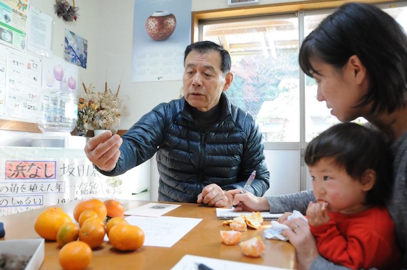 """分かりやすく丁寧に梨作りに関して教えてくれる坂田さんは、梨づくり歴30年のエキスパート。小中学校のPTA会長を歴任した""""地域の顔""""でもあり、温和な人柄が魅力"""