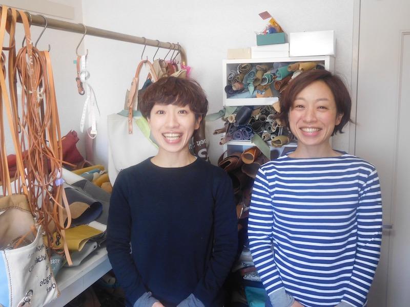 姉の総子さん(右)と妹の嘉子さん(左)。お仕事は旧姓の「木曽」で。いつもハッと明るく咲くような笑顔が印象的なお二人。「作品はそれぞれ、その人らしく自由なスタイルで使ってくれたら嬉しい」と大きな目を輝かせながら話してくれました