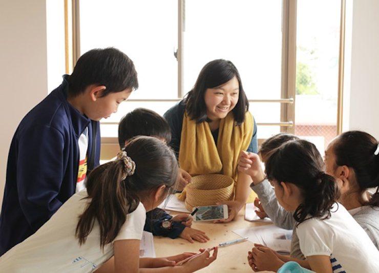 動画を見せながら、子どもたちに話しかける山川紋さん。教育系の仕事をしていた経歴をもつだけあり、子どもが飽きないように接する姿はさすが!