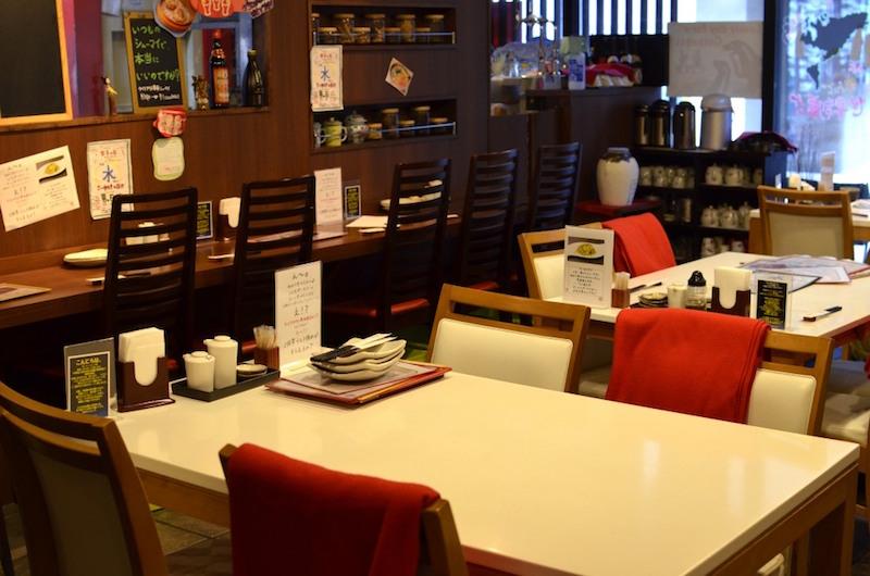 1階。4人がけのテーブル席が3つ。カウンター席は、ひとり客でも居心地がよい