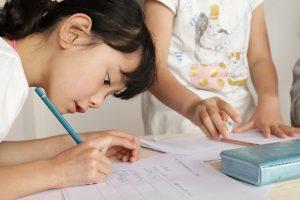 2人で考えた結果を、表に埋めていく。真剣に書く姿が何ともいえない、子どもらしい表情
