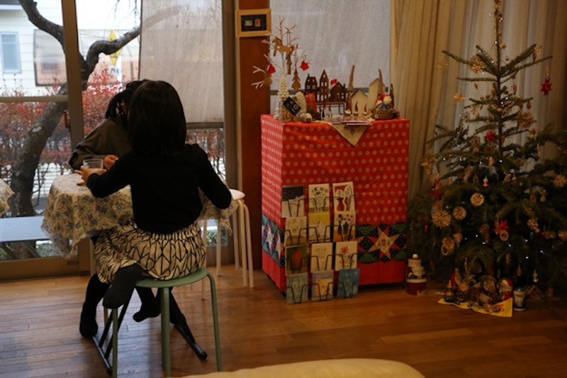 """店主のお子さんと遊びに来ていたお友達。家の中の""""カフェ""""で、小学生2人のお茶タイム"""
