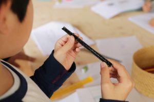 製図の際に用いられる三角スケール。はじめて手にするその道具は、子どもたちの眼にはどのように映ったのだろうか