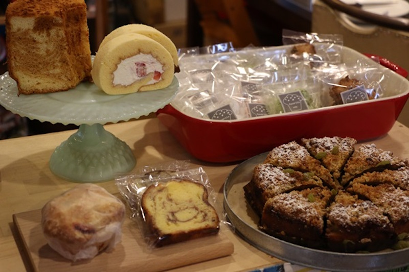 高木さんがつくるお菓子の数々。etanaでは高木さんのケーキ教室も開催している。店主がつくる「自家製ジンジャーシロップ」などもまた美味