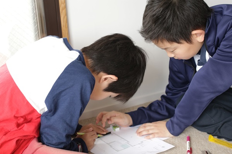 小学5年生の男の子チームは、初めて会った者同士とは思えないほど、息の合ったチームワークで作業を進めていた