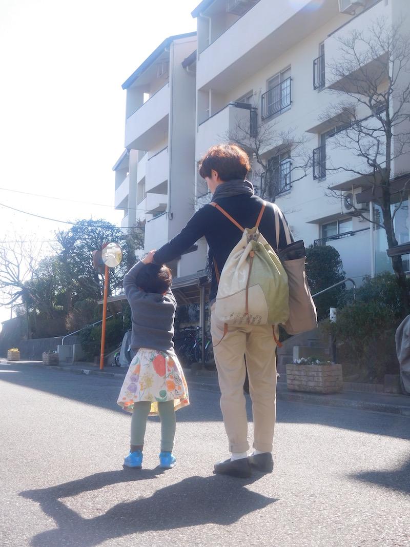 次回のほぼ日で販売する作品の締め切りを2週間後に控え、幼稚園が春休みになった娘さんと工房へ向かう嘉子さん