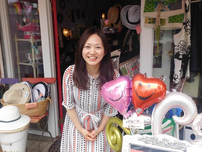 お客さんとお話するのが大好きという店長の西岡恵里さん。スタッフの白井由美子さんは恵里さんの元同僚で、店舗探しから一緒に手伝ってくれたそう。2人で歩いて見つけたのがこの場所