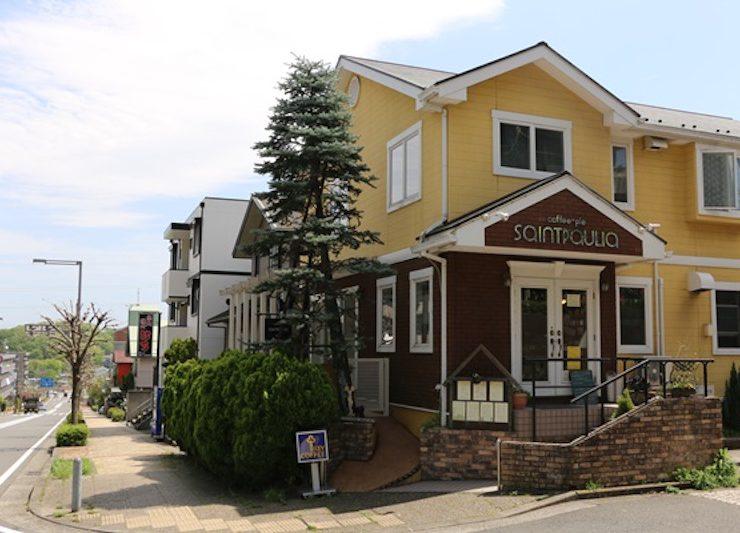 ゆったりとした住宅街に、黄色くかわいらしい外観のセントポーリアがある。店の前にはテラス席もあり、犬と一緒に食事も楽しむことができる