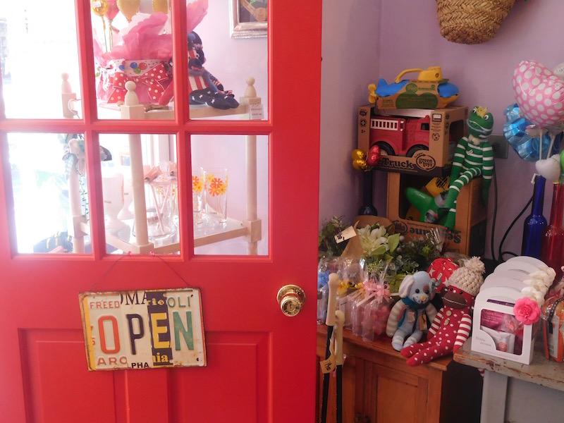 いつも開け放たれている赤い扉。夢の詰まった世界へようこそ