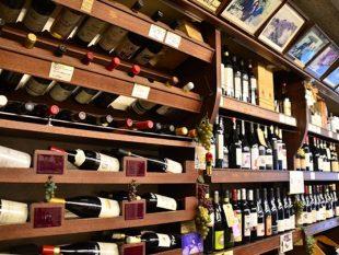 店内へ入ると、棚に所狭しと並ぶワインが目に飛び込んでくる。自然派ワイン以外のワインも厳選されたものばかり。棚上には、現地生産者との思い出の写真が並ぶ