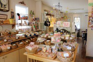 店内に入るとまずたくさんの雑貨や焼き菓子類が出迎えてくれる。奥には30席ほどのゆったりとしたテーブル席がある
