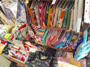 CDケースに筆箱、カード入れ、上履き入れやお箸入れ、そして子ども服まで! あふれるように並ぶお店で人気の手作り作品の数々。香川県にある「LENO」というお店の作家さんの作品が多いそう。少しずつ、地元田園都市エリアの作家さんのものも増えてきましたよ、とのこと