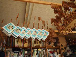 摺りあがった作品を乾燥させる。留め具は木製のもの。以前は竹で作られた留め具を使用していたが、最近は竹のものは手に入らなくなった