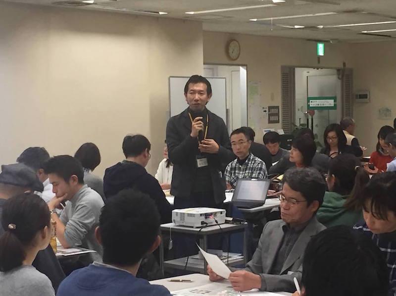 会場の横浜市市民活動支援センターには総勢70名もの方が集まり、里山ではたらくことへの関心の高さが伺える。進行は、よこはま里山研究所(NORA)理事長で恵泉女学園大学現代社会学科准教授の松村正治さん