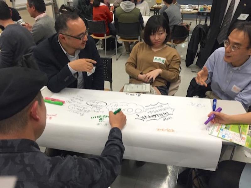 認定NPO法人自然環境復元協会の伊藤博隆さん(左の黒縁メガネの方)のテーブル。「東急田園都市線」とのコラボ企画みたいなことができないか? なんて話が耳に飛び込んで思わず立ち止まりました