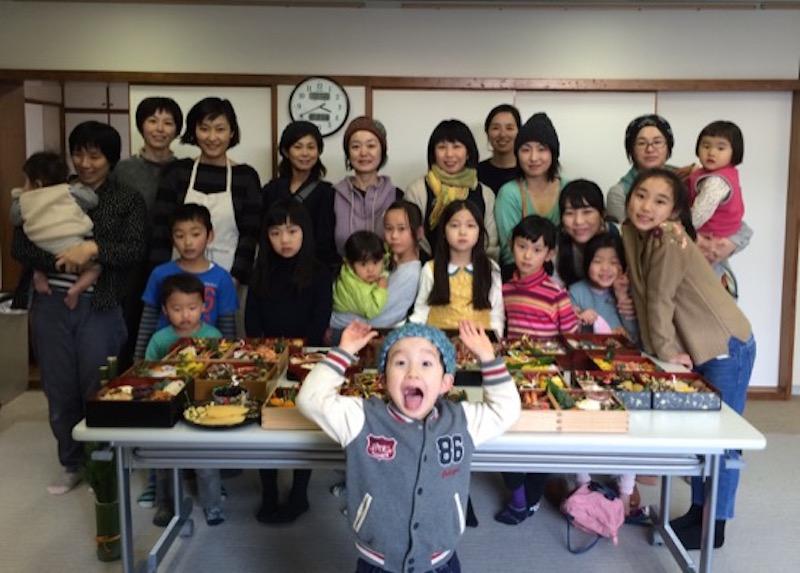 2015年は10家族でおせち料理を持ち寄った。子どもたちの恒例行事にもなりつつある