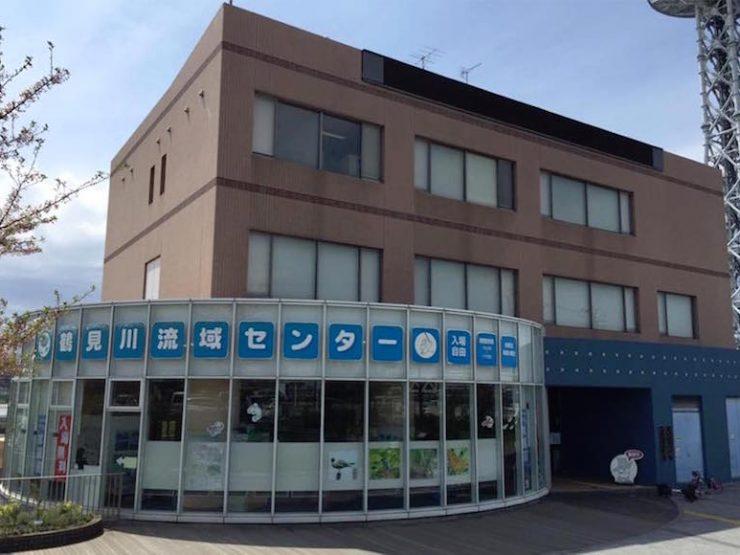 JR横浜線の小机駅から徒歩約7分、鶴見川流域センターは新横浜元石川線沿いに建っている