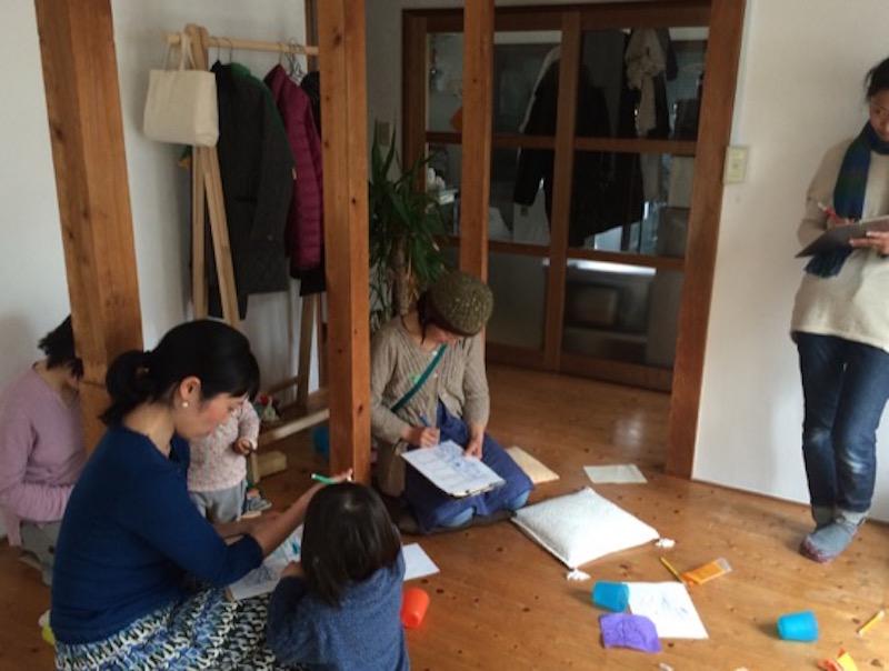 四コマ漫画に取り組む参加者たち。遊ぶ子どもを見ながらなので大変だったと思うが、「横浜での子育て、こうなったらいいな」の声がきちんと描かれた漫画ができ、とても貴重な声が集まった