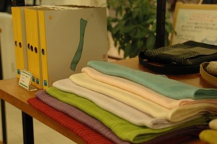 奈良県の中川政七商店の麻小物、今治タオルのマフラーなど、国内の良質な布小物も扱う