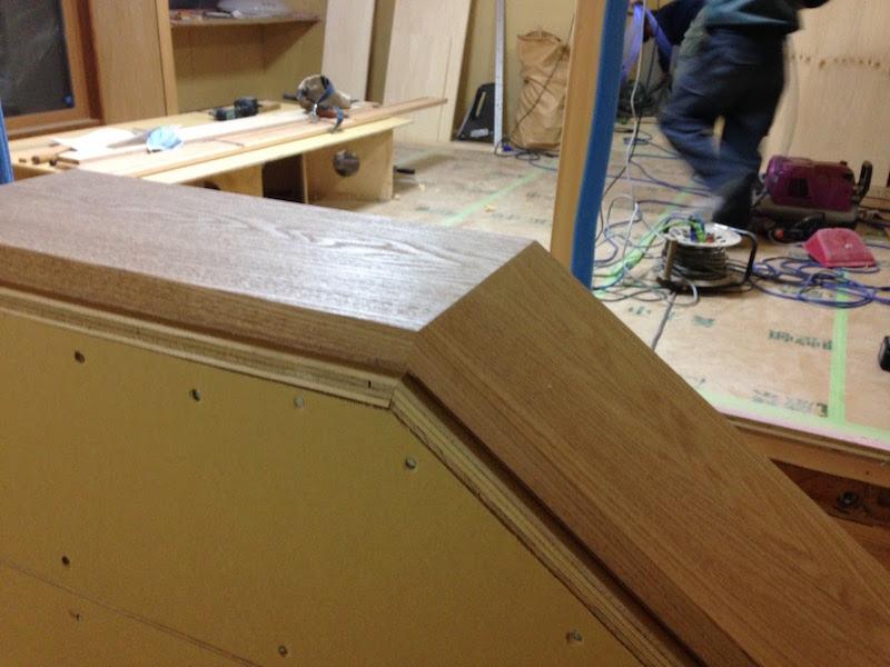 (工事中)プロの腕はやはりすごい。大工さんによる階段の手すり。木目がピッタリ合っている「継ぎ」に感動。