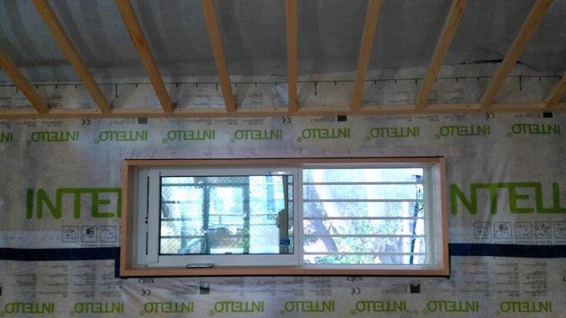 (工事中)可変調湿性能のあるシートを使うときは、ビニルクロスではなく、紙クロスなど透湿できる仕上げ材を使う