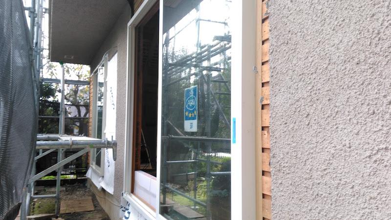 (工事中)今回は外壁を残したので、あとから補修して仕上げる。窓の端に見えている木部が外壁の下地