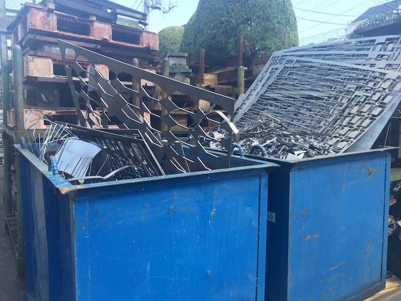 (株)オウミさんの入り口の廃材置き場。板金やプレス加工の残りものが無造作に置かれている。産業廃棄物からどんなキットが生まれるか楽しみだ