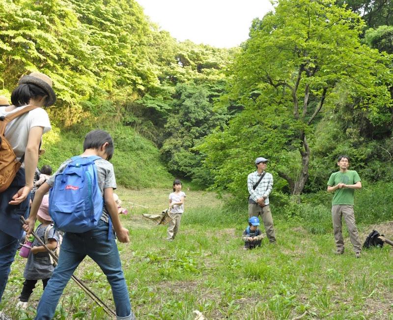 右端、緑のTシャツが講師の山田博さん。普段は山中湖などの本場の深い山で活動している山田さんとあっても「この場所は良い!」と寺家の懐の深さを気に入っているようです