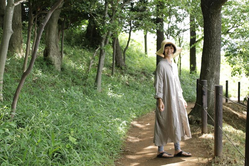 「肩が楽で肌に馴染み、着心地が良かった」とモデルの上野織香さん(身長157cm)。初夏の光に包まれながら、長めのシャツワンピースをさらりと着こなす