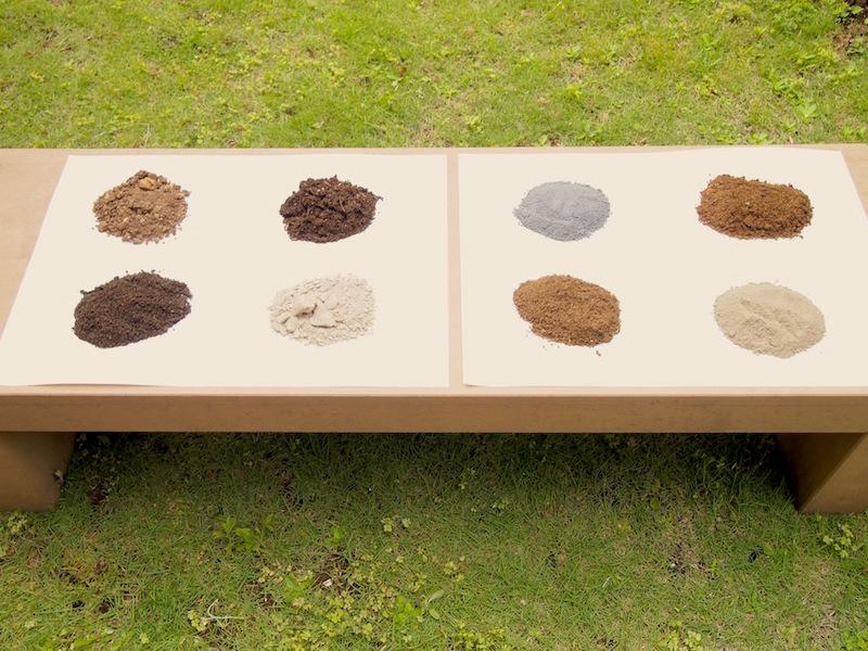 集めてきた土。こうして並べてみただけでも、こんなに色が違うのかと驚かされる。同じ場所から採ったものでも色みが違っておもしろい