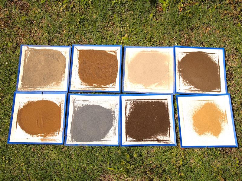 土といえども採取する場所によって色みがまったく違う。黒っぽい茶色、黄色っぽい茶色、白っぽい茶色。絵の具になったらどんな色になるのでしょう!