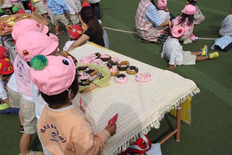 「おみせやさんごっこ」では、クラスごとにお寿司やオムライス、ドーナツなどの作品が並ぶ。「いらっしゃいませ!」の大きな声があちこちから聞こえた。
