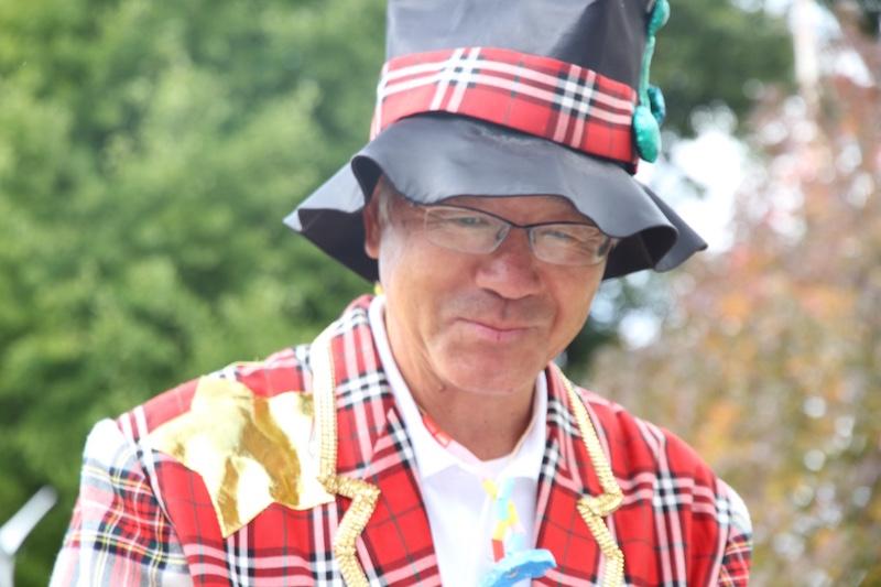 どこにいっても子どもたちがわかるようにと、行事の時は目立つ衣装で登場する園長先生。この日の衣装は、大きな帽子にギンガムチェックの上下。運動会では決まって人気キャラクターの着ぐるみを着て子どもたちと一緒に走る