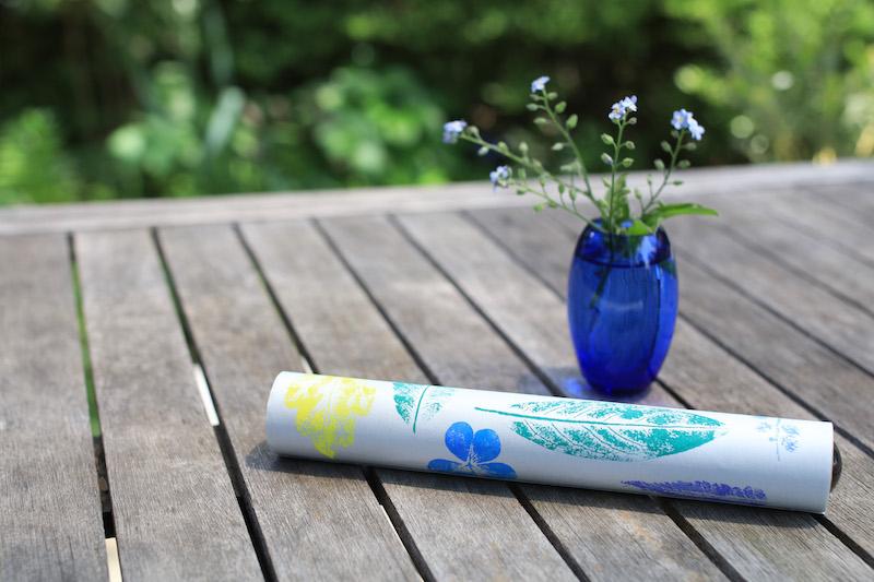 できあがり。ブルーの花瓶にさした忘れな草と、パチリ。テレイドスコープは遠近を見くらべる、空や地面、手や顔、身体を180度左右にまわして、筒を回転させて、動くものを見る、見えた映像を絵に描くなど、さまざまな楽しみ方がある