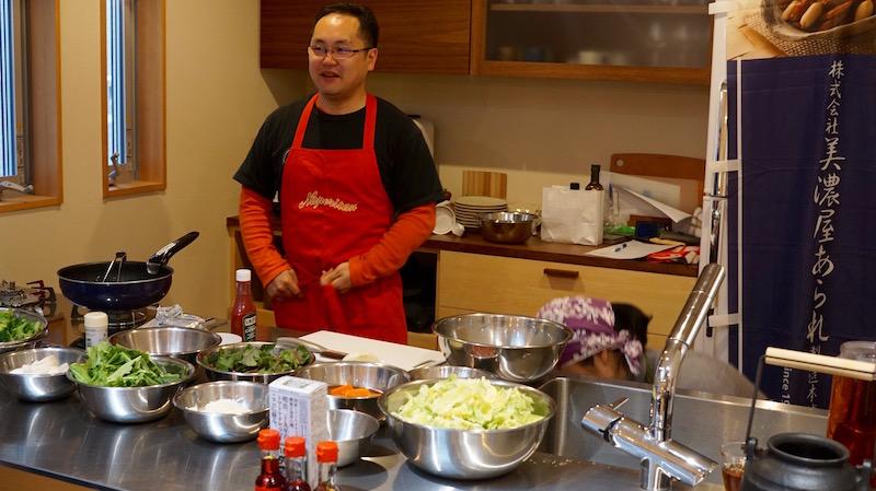 キッチンに並ぶ新鮮そのものの旬の野菜。小森さんが直接買い付けて来た横浜の採れたて地野菜