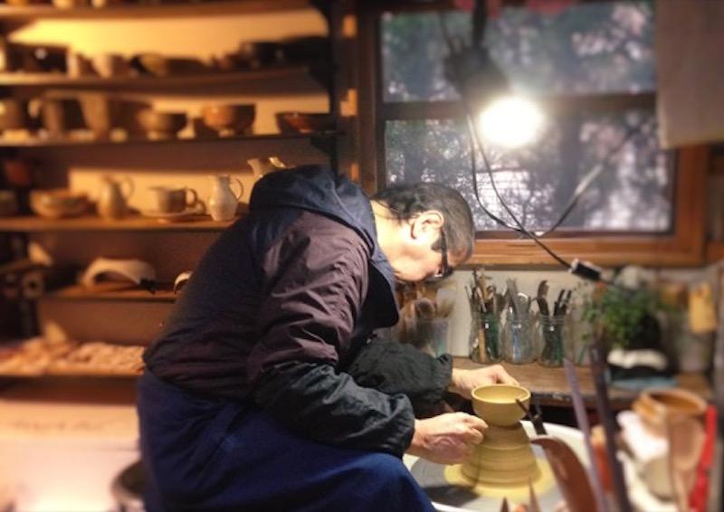 話している間に「ごはん茶碗でも作ってあげるよ」と、さっそく轆轤(ろくろ)を廻してくれ、あっという間に二作品を作り上げた