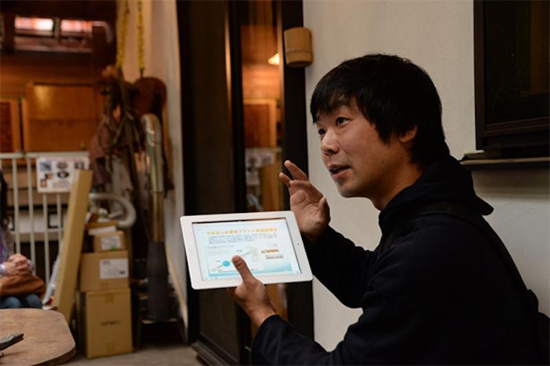 講師の湊哲一さん。タブレットを使ってご自身で作っている家具の紹介や、間伐材の活用方法などをレクチャーしてくれた