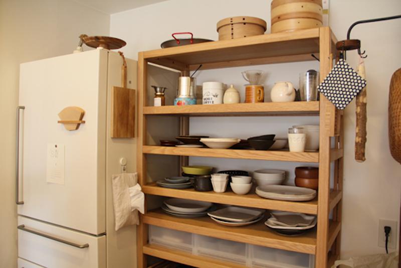 食器は、ここにあるものが全て。必要なものを必要な数だけ揃える様に。取り出しやすくするためになるべく重ねない