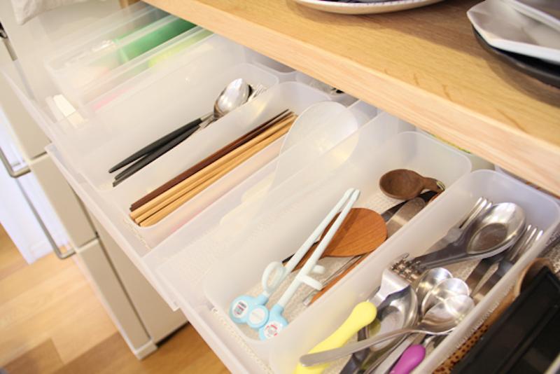 食器の棚の下に作ったカトラリー入れ