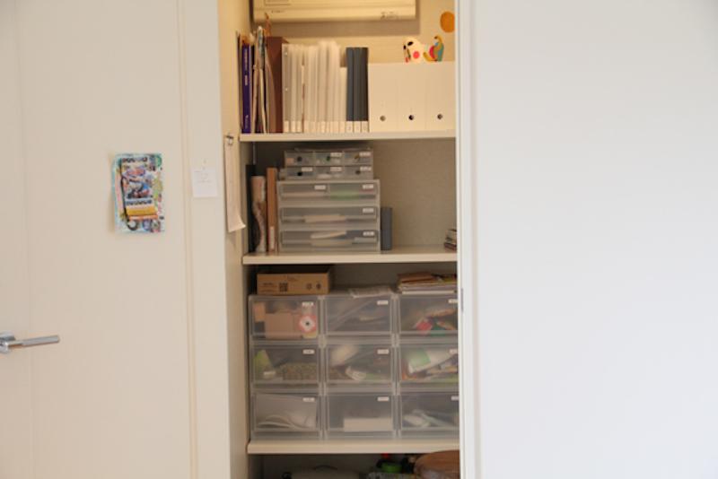 ごちゃつきの原因となる細々した紙類、小物類は、この収納スペースに。この棚は、旦那さんのお手製
