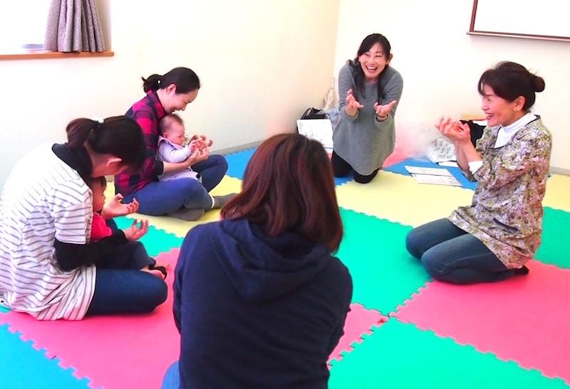 「とっぴんぱらり」でわらべうたを伝える菅野さん(右)。表現の豊かさに語り手としての経験がにじむ