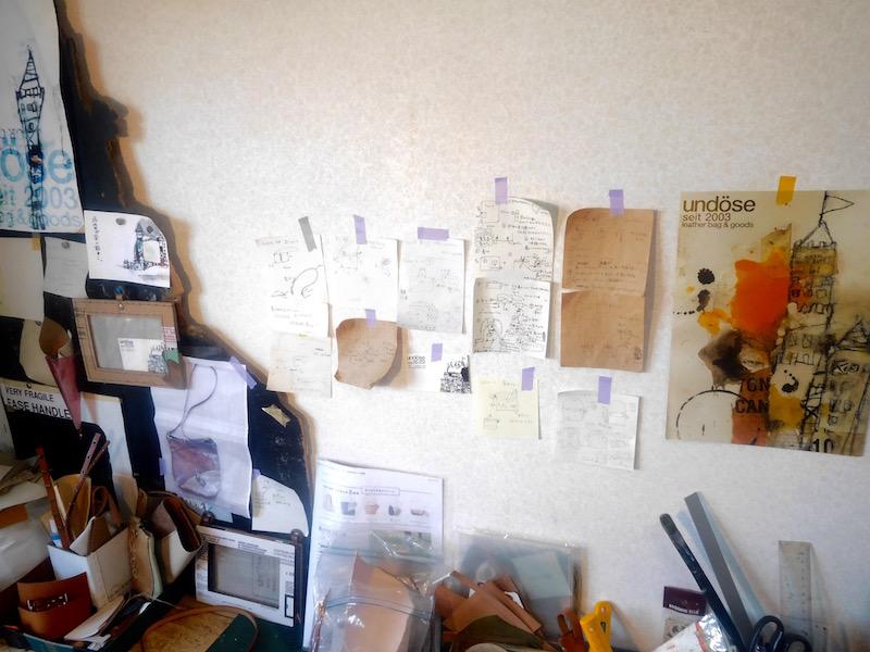 作業場の前の壁。今までの展示会の時に作成したポスターや、作業工程のメモなどが貼られています。特にリュックサックは作業工程が複雑になるため、図解にして貼り、お互いに確認しながら作るそうです